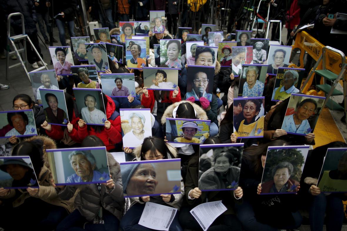Protest žen nesoucích fotografie někdejších obětí
