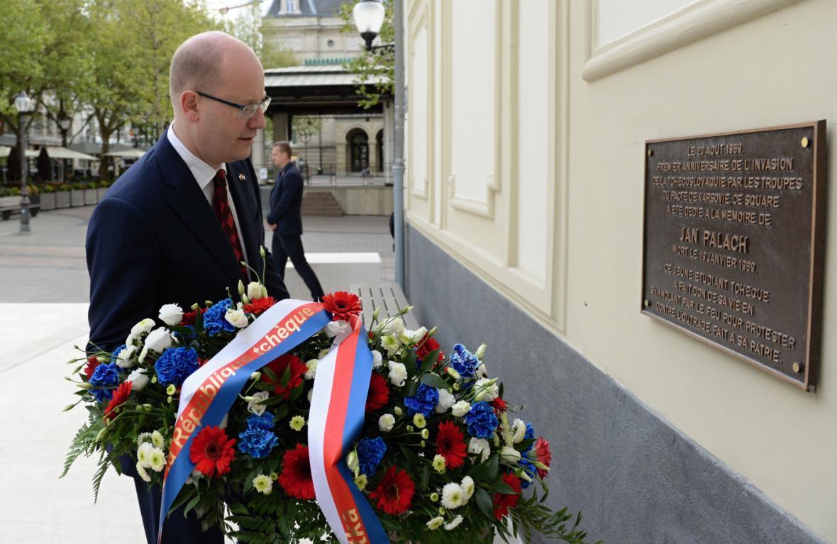 V centru Lucemburku také premiér položil věnec k pamětní desce Jana Palacha