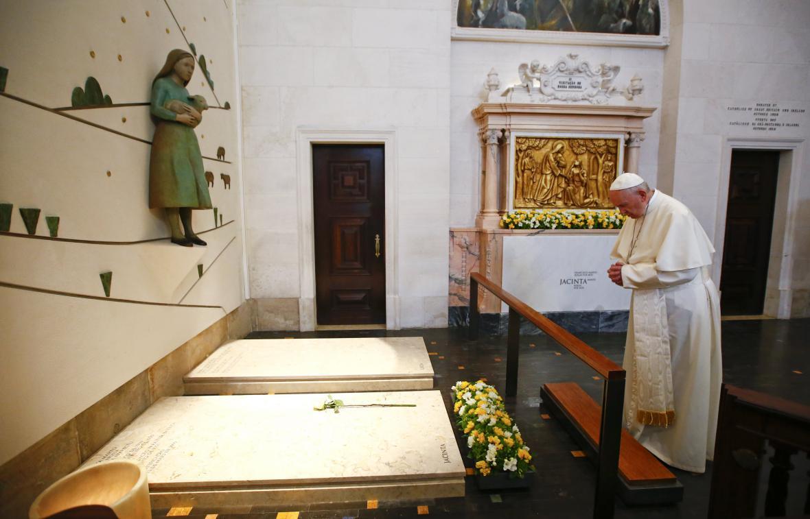 Papež František se modlí u hrobů dvou fátimských pasáčků