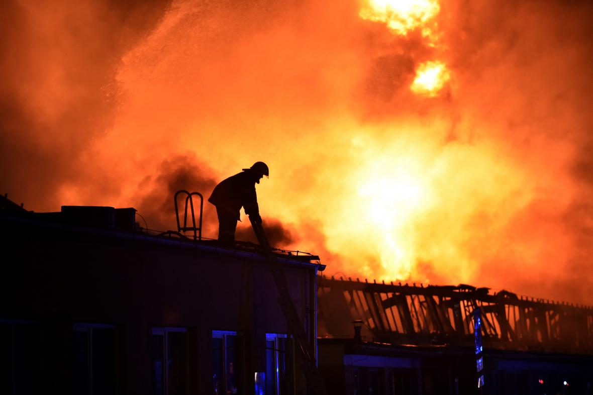 Požár průmyslové haly v Otrokovicích