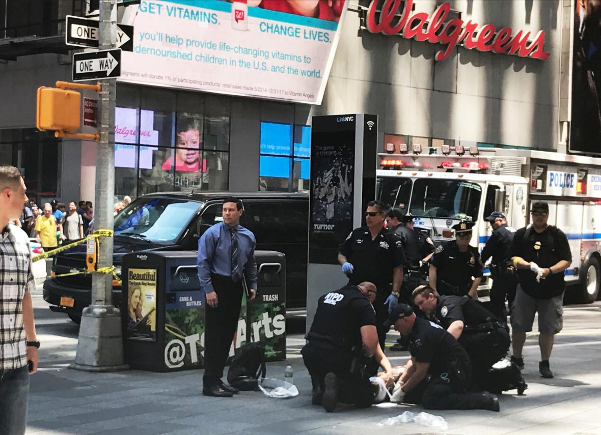 Policisté pomáhají zraněným