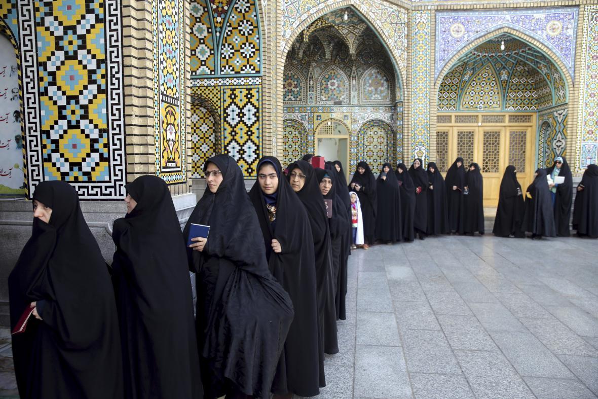 Íránské ženy stojí frontu do volební místnosti