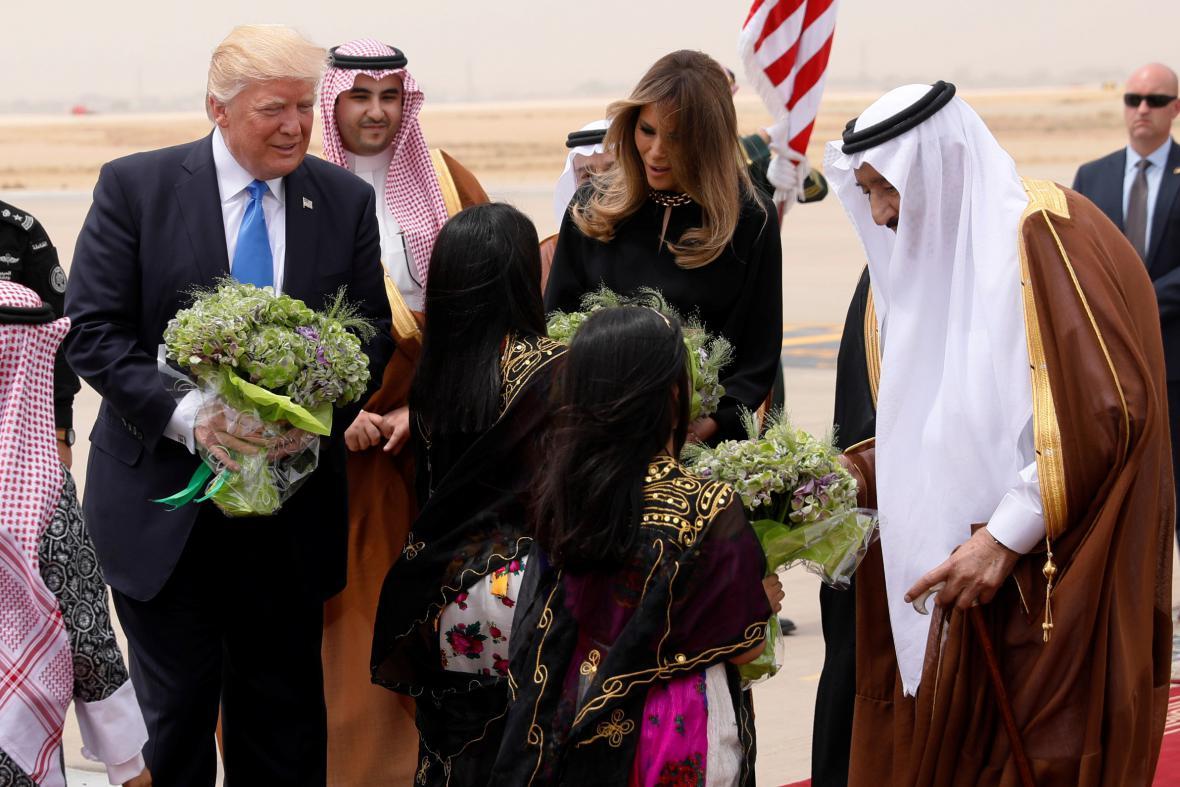 Trump a jeho manželka Melania při uvítání v Saúdské Arábii
