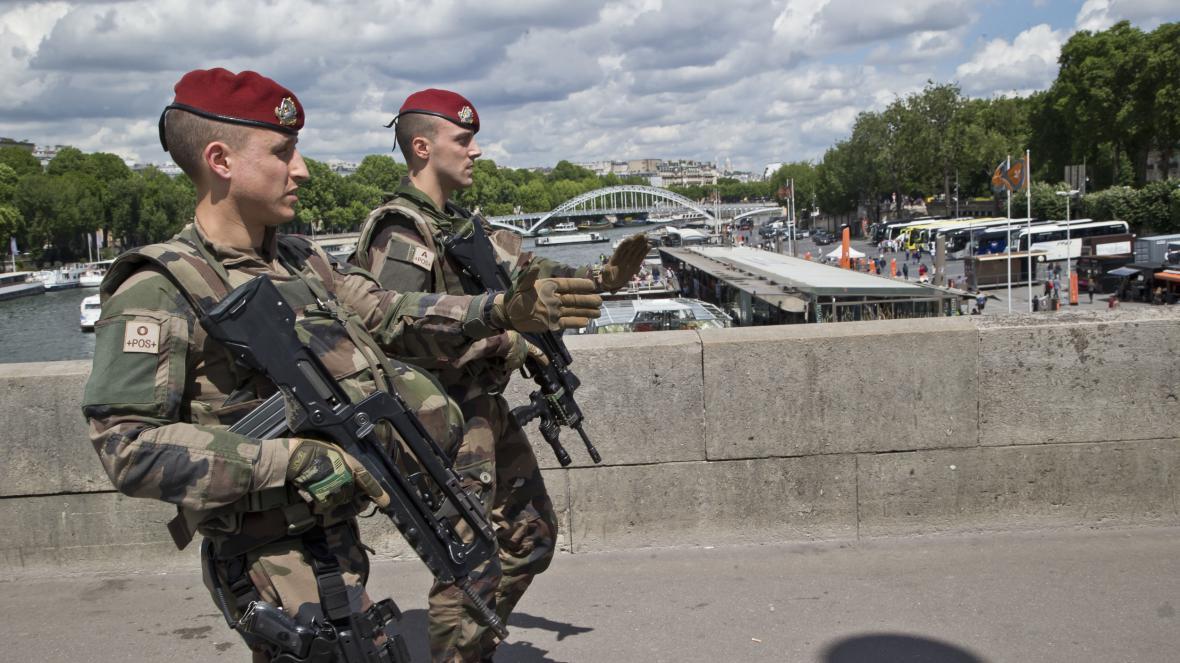 Francouzští vojáci v Paříži