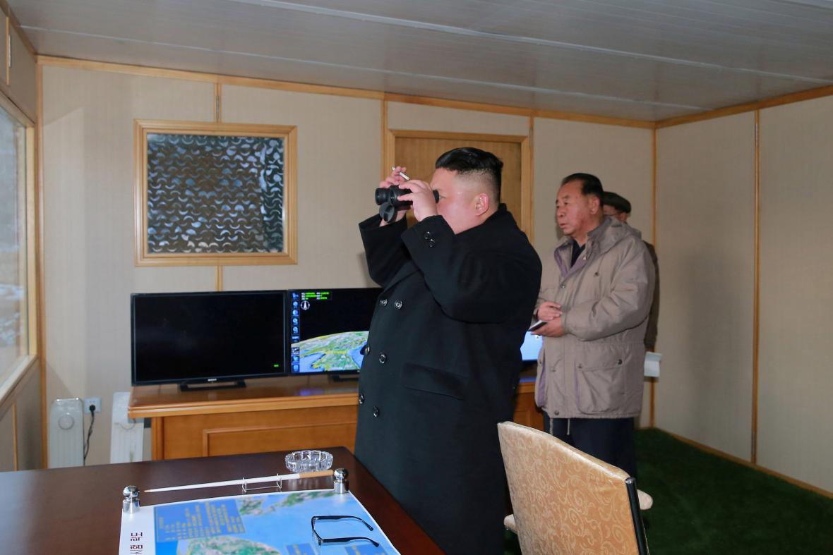 Kim Čong-un sleduje test rakety Pukguksong-2