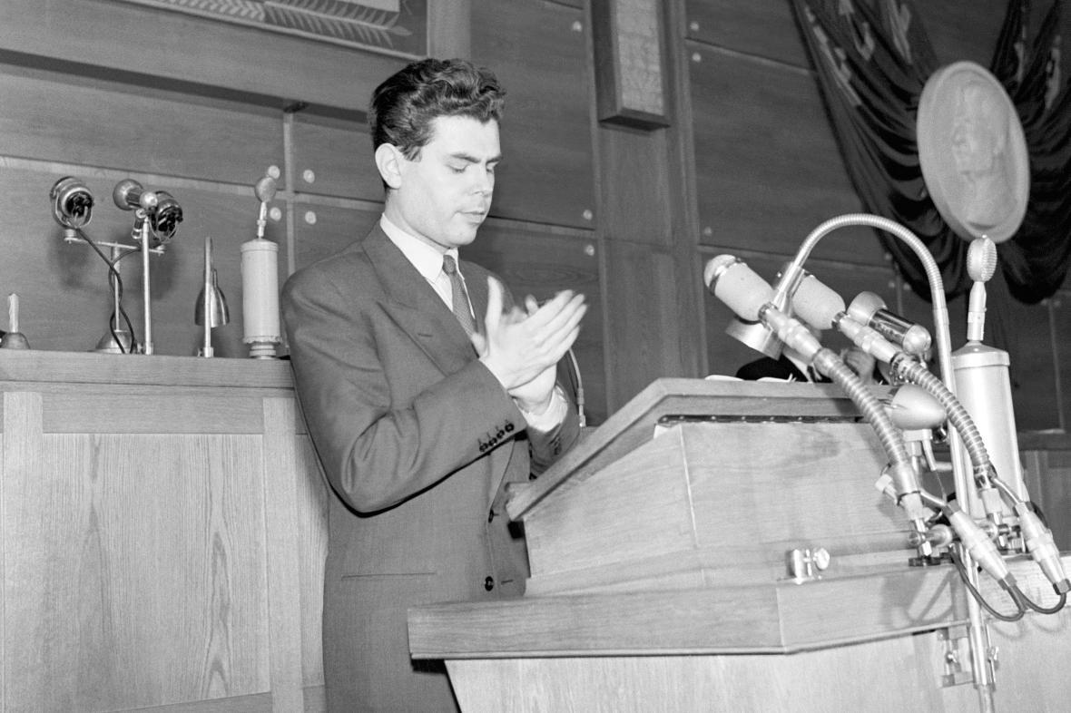 Jiří Pelikán při projevu při zasedání Národního shromáždění v roce 1953