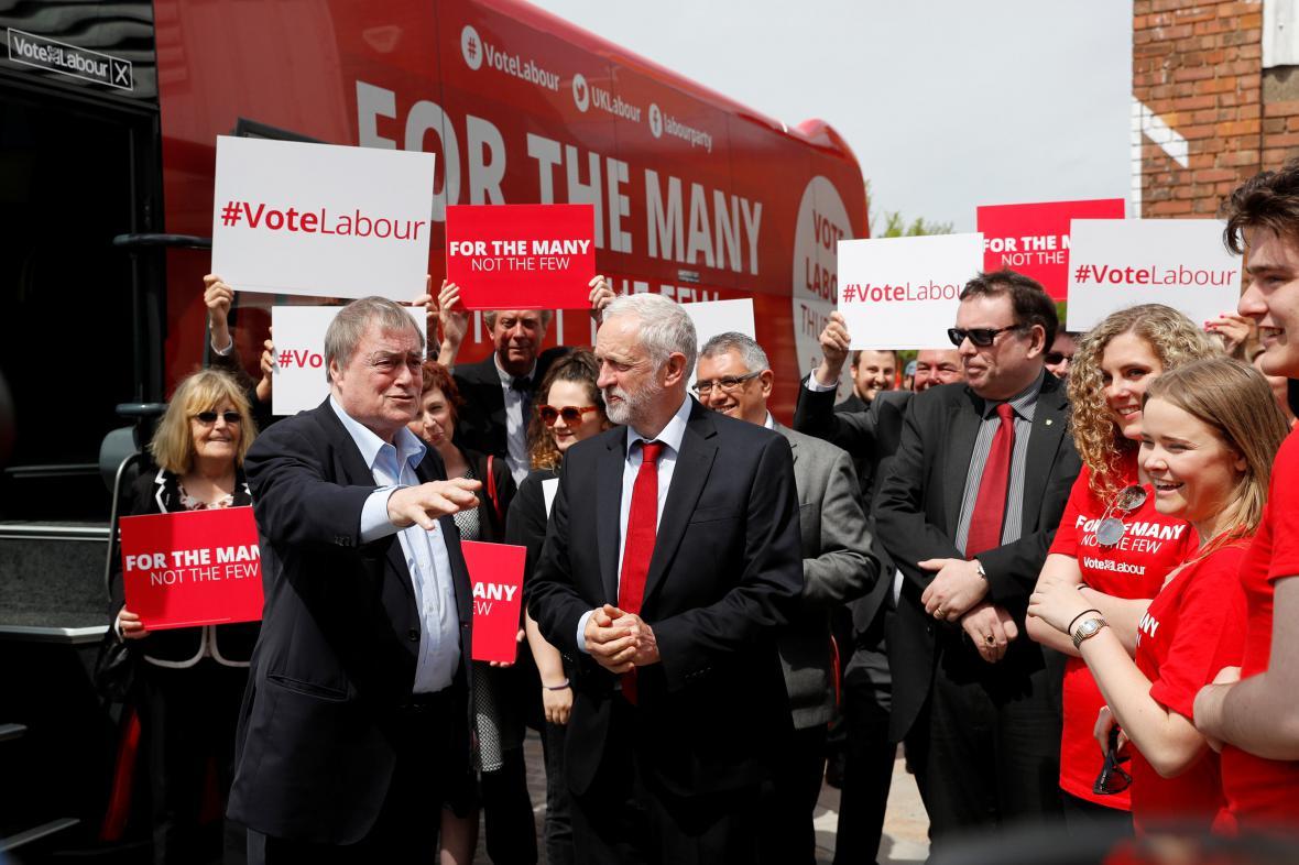 Předvolební kampaň labouristů. Jejich tradiční barvou je červená