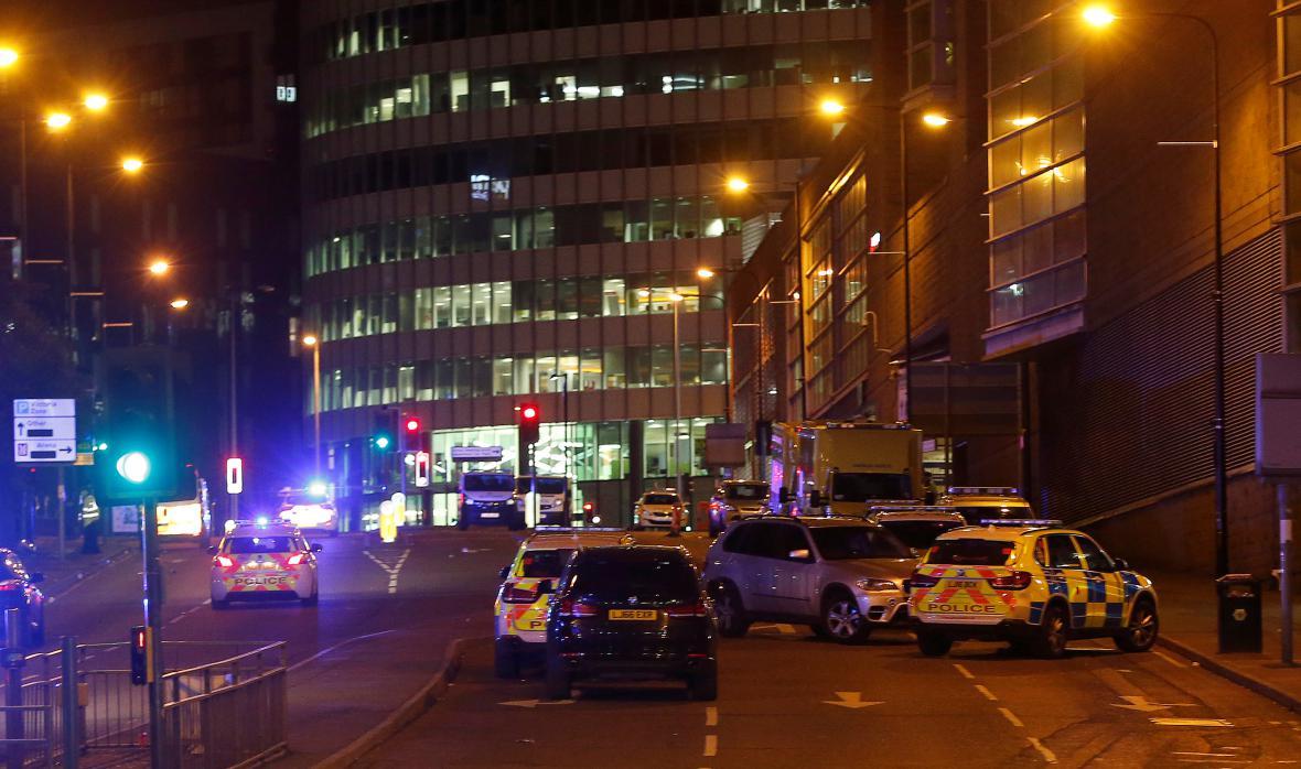 Policie před halou v Manchesteru, kde došlo k explozi