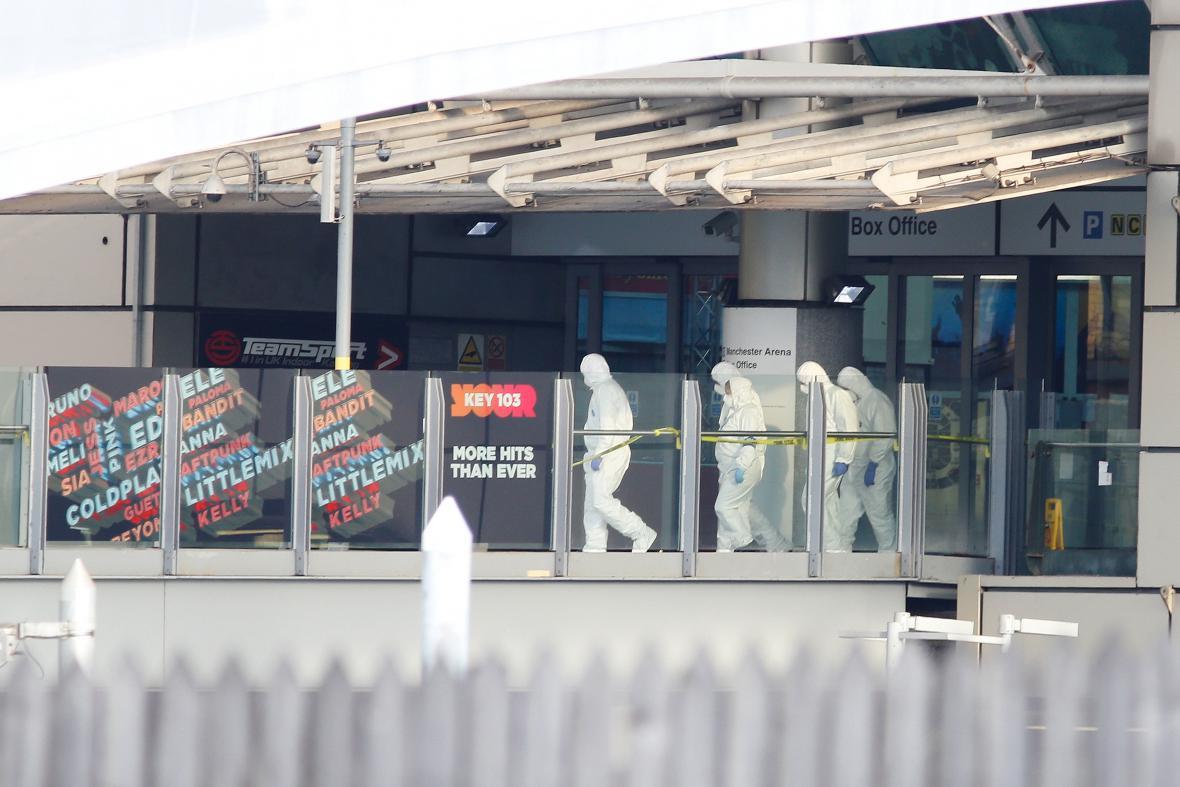 Forenzní vyšetřovatelé prohledávají manchesterskou halu