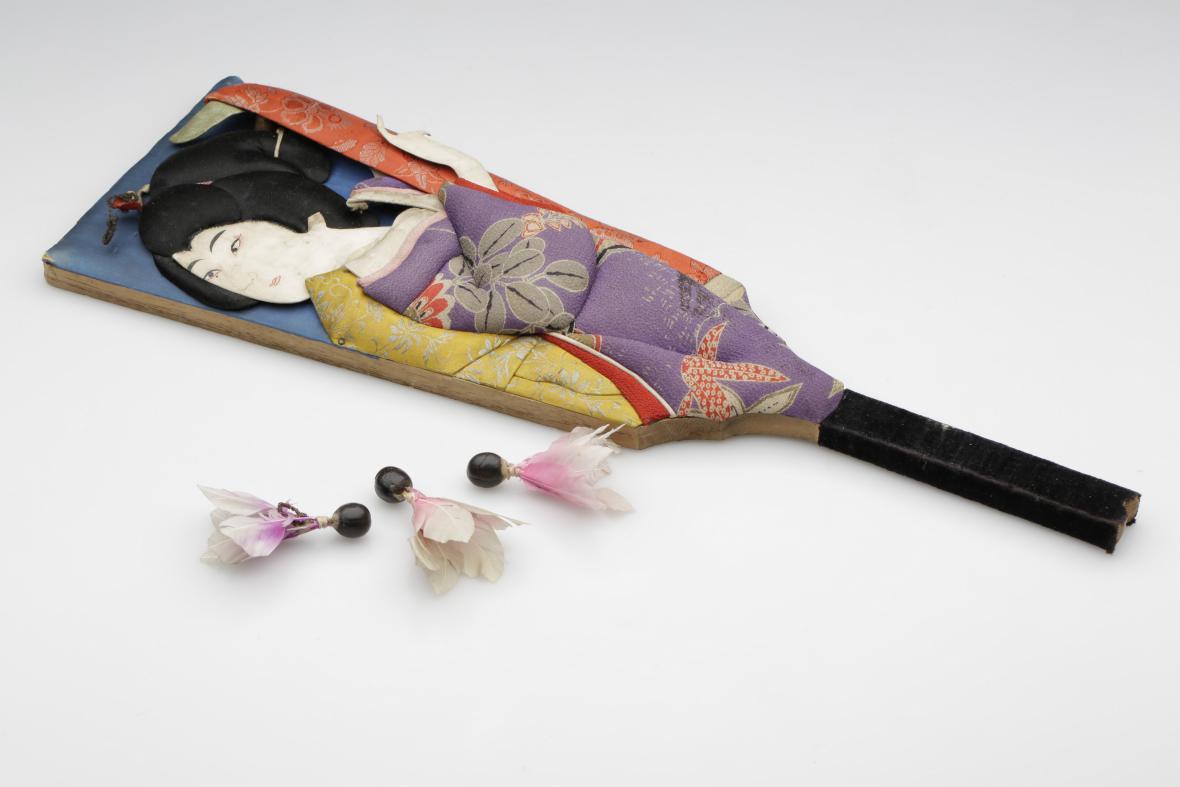 Japonská pálka na badminton se třemi míčky z peří, které ze svého pobytu v Japonsku přivezl sokolský činovník a legionář Josef Vyšehradský