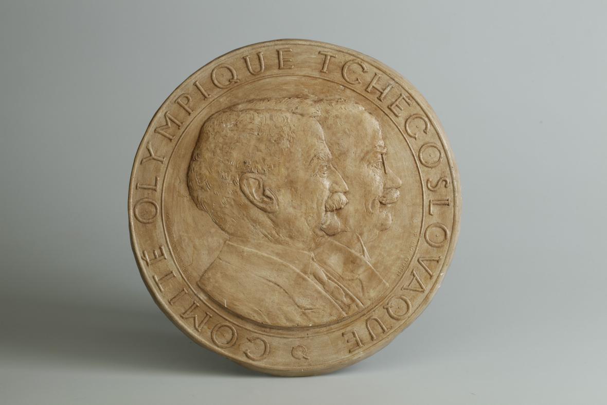 Miloslav Beutler: Plaketa s dvojportrétem Pierra de Coubertina a Jiřího Gutha-Jarkovského (počátek 20. stol.)
