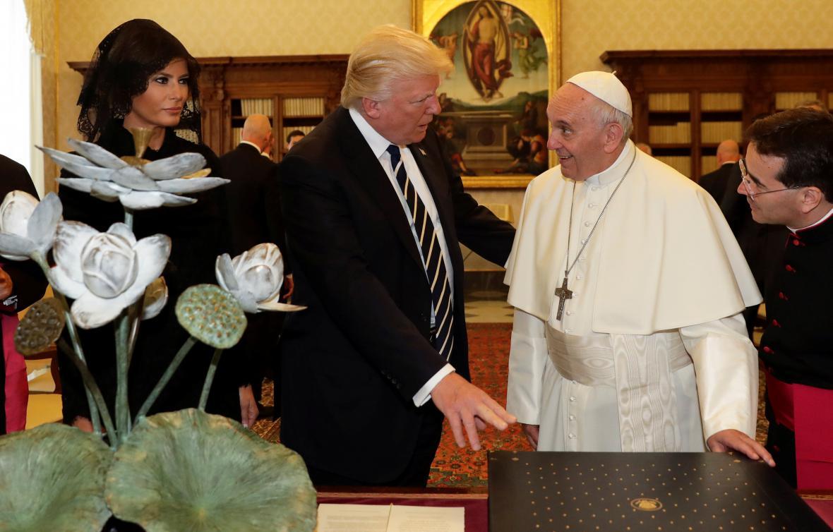 Trump a František při výměně darů