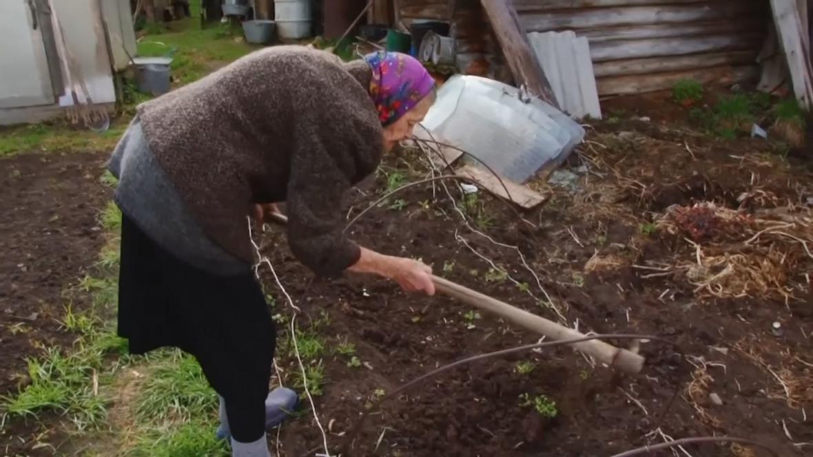 Maria Veselová na své zahradě