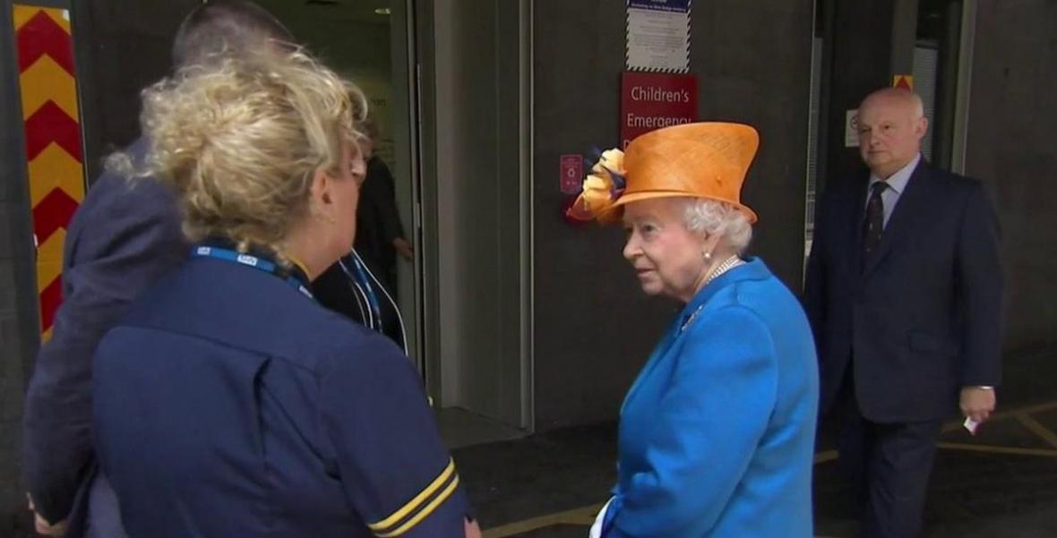 Královna Alžběta II. dorazila do nemocnice v Manchesteru