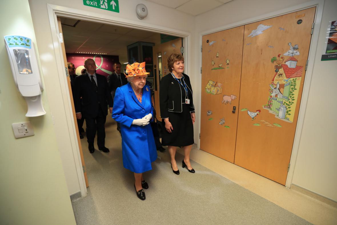 Královna v dětské nemocnici v Manchesteru
