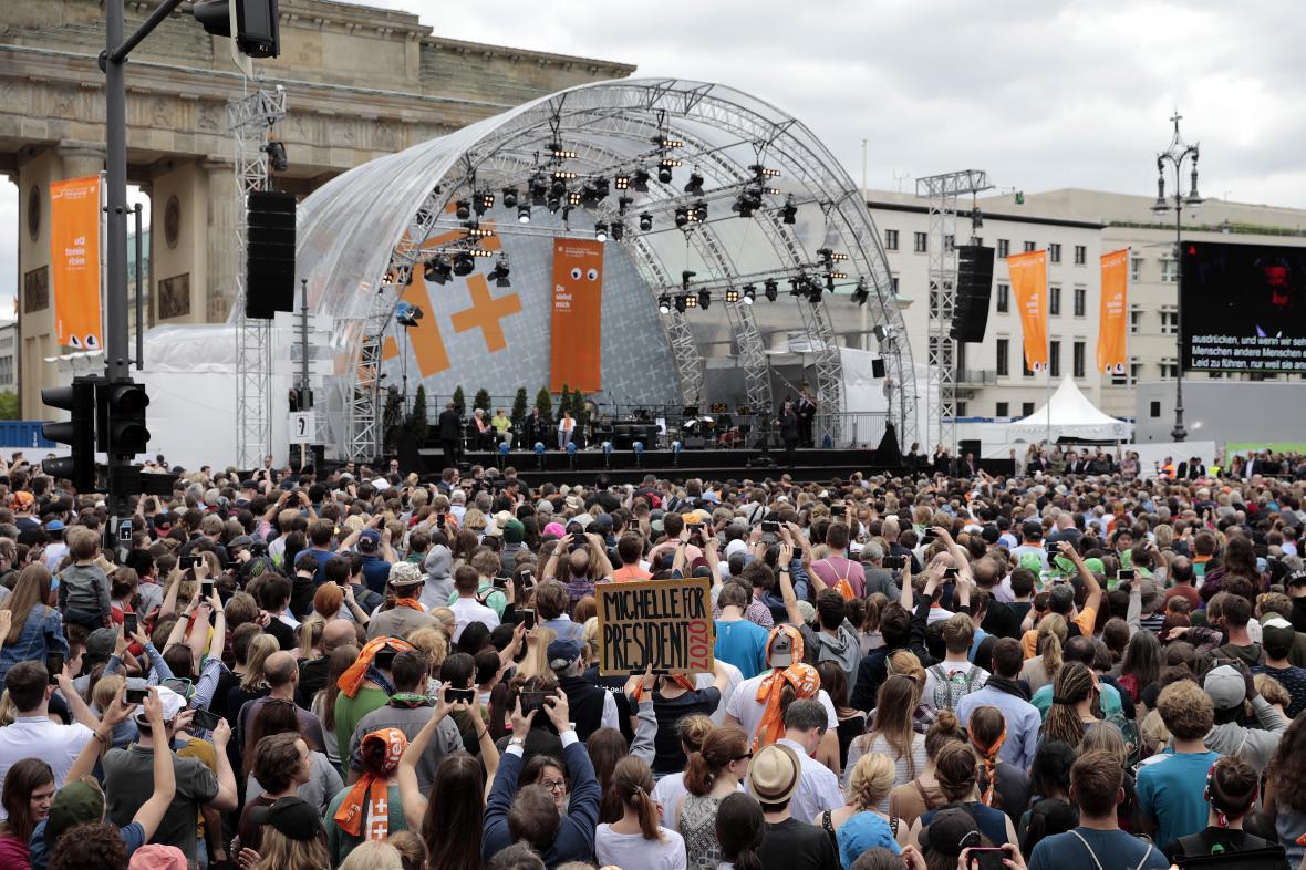 Debatě Merkelové s Obamou přihlížely desetitisíce lidí