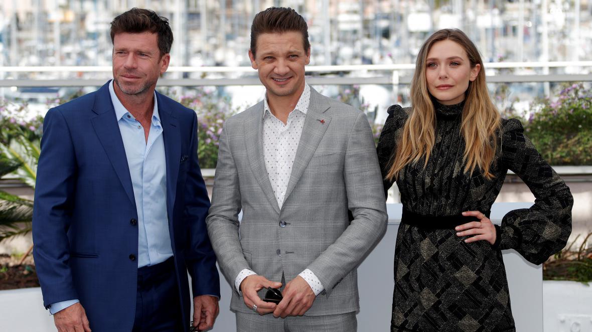 Taylor Sheridan (vlevo) v Cannes s herci svého režijního debutu Elizabeth Olsenovou a Jeremym Rennerem