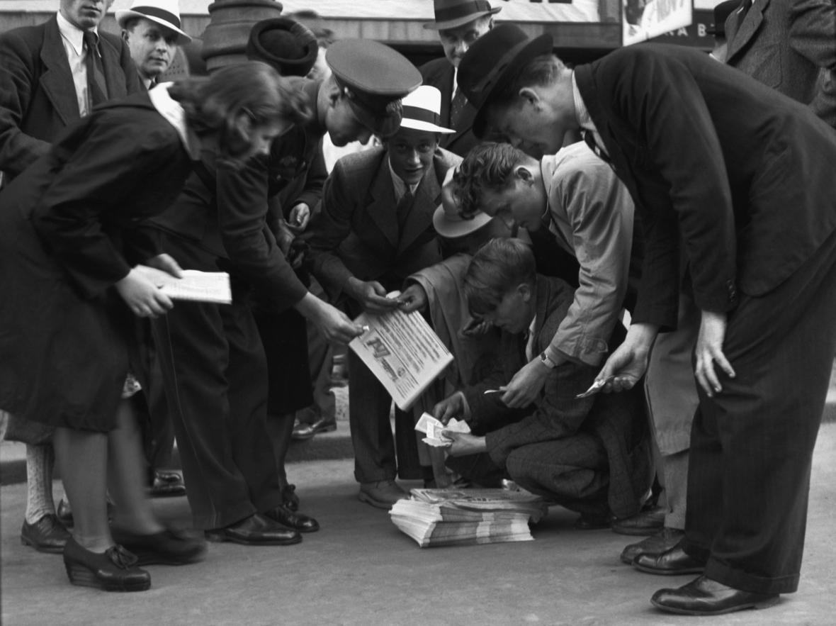 Praha 31. května 1942: Lidé rozebírají protektorátní noviny, Heydrichovi zbývají čtyři dny života