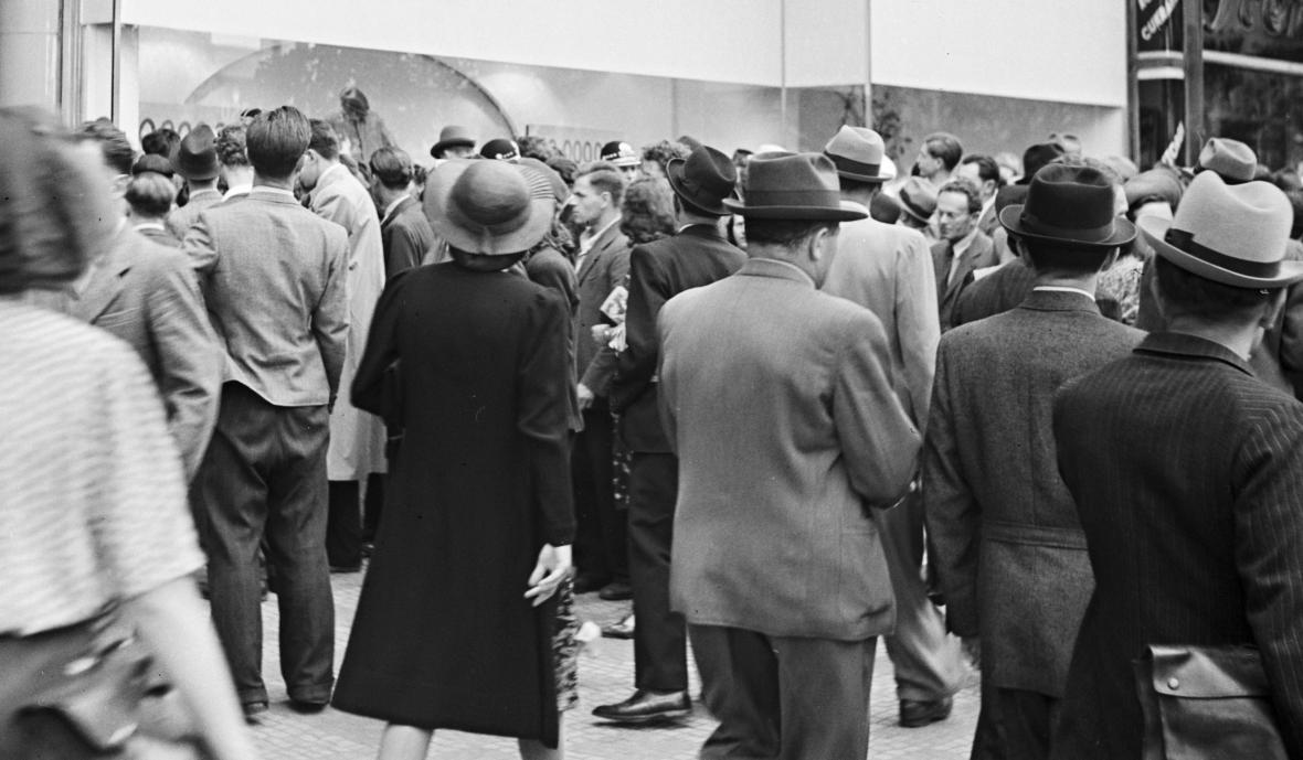 Praha v květnu 1942: Na Václavském náměstí se houfují lidé před výkladní skříní s vystaveným kolem Jan Kubiše