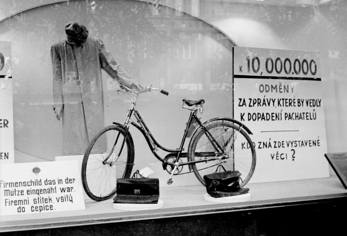 Praha v květnu 1942: Kolo Jana Kubiše vystavené ve výkladní skříni na Václavském náměstí