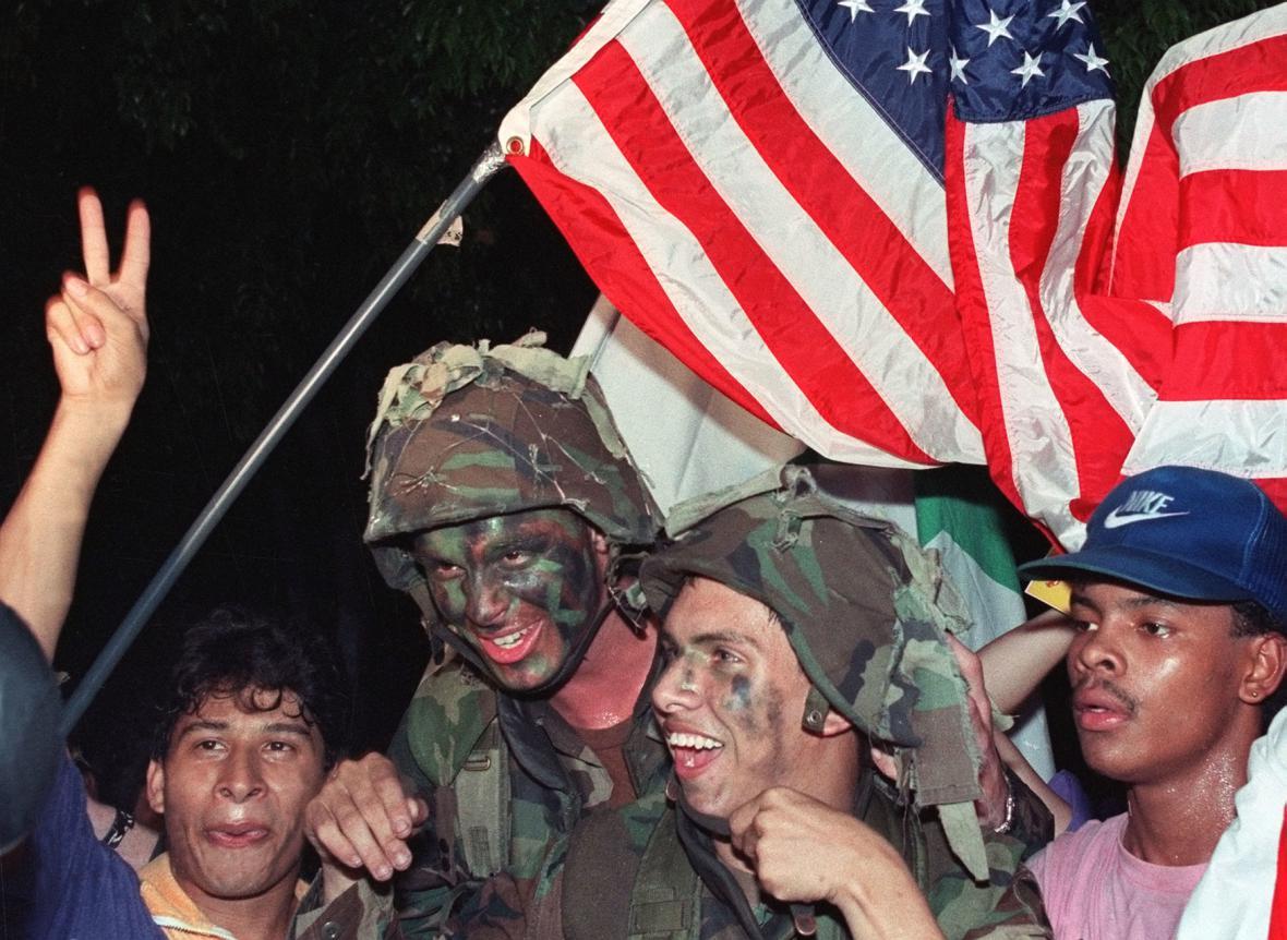 Obyvatelé Panamy vítají americké vojáky koncem roku 1989