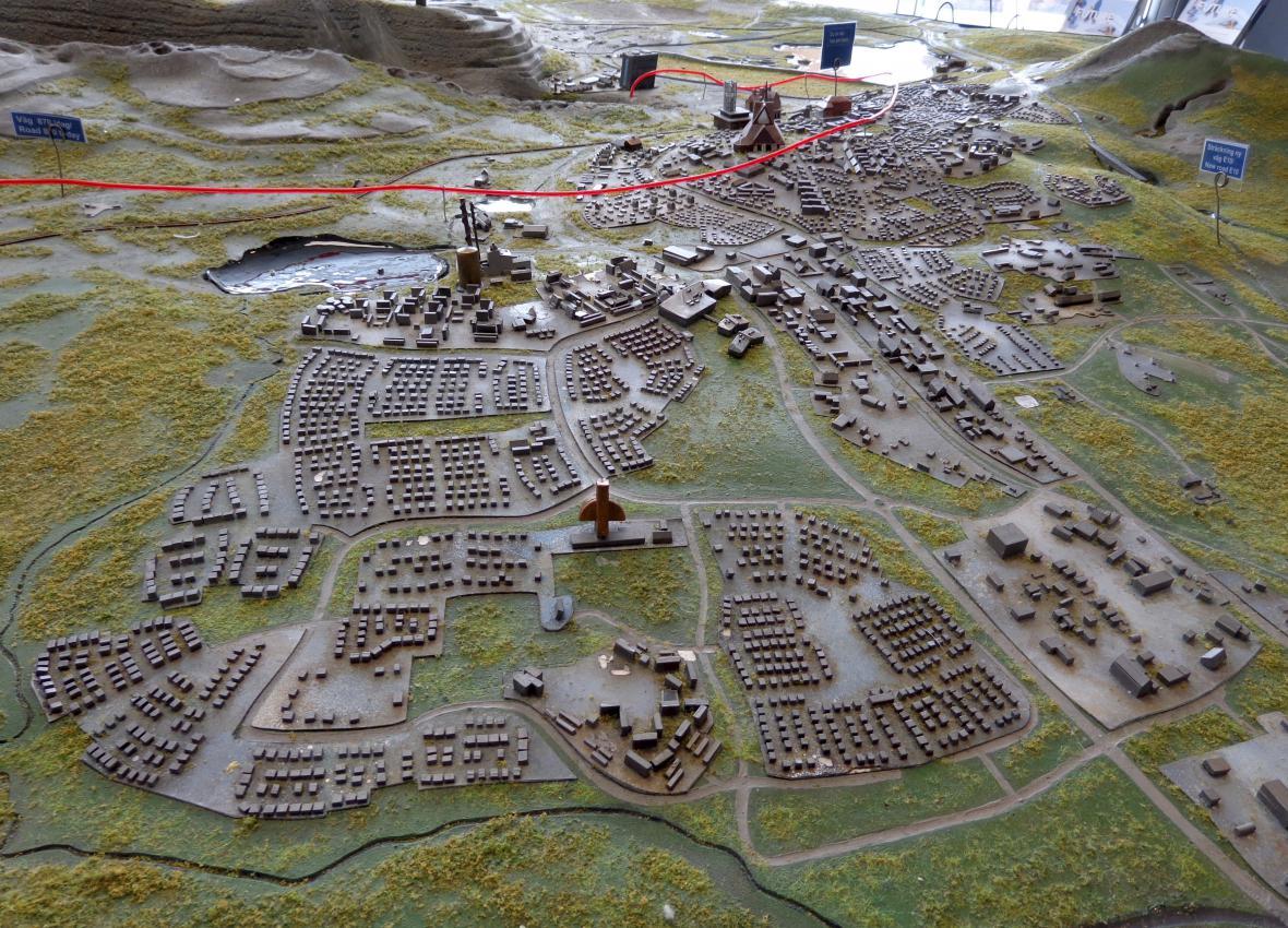 Model Kiruny ukazuje expanzi dolu k okrajům města (na snímku z roku 2015)