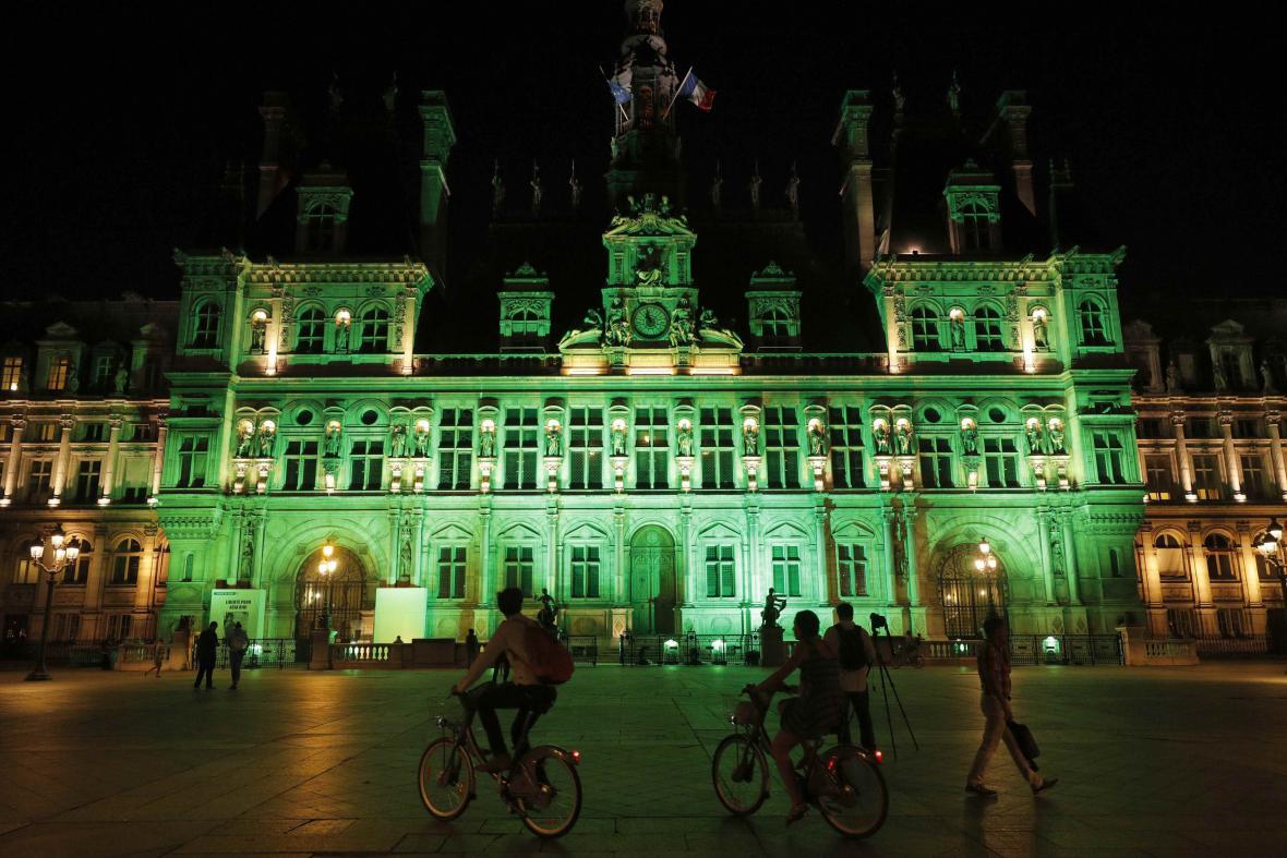 Zezelenala i fasáda Hotelu de Ville v Paříži