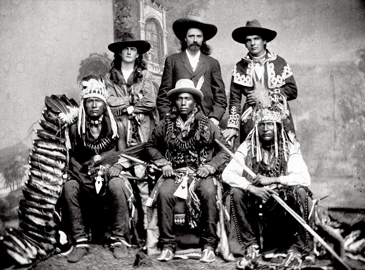 Rok 1875; Buffalo Bill ve společnosti dvou zvědů a indiánů z kmenů Siouxů, Vran a Póníů.