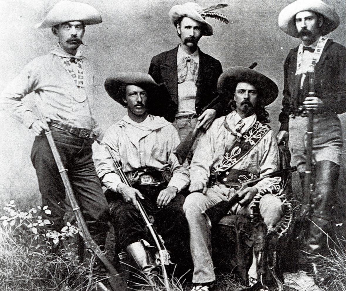 Na loveckých výpravách; sedící vlevo Texaský Jack, vpravo Buffalo Bill