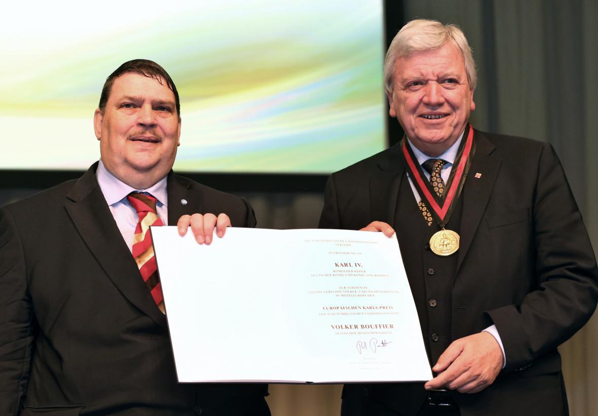 Bernd Posselt předává ocenění hessenskému ministerskému předsedovi Volkeru Bouffierovi