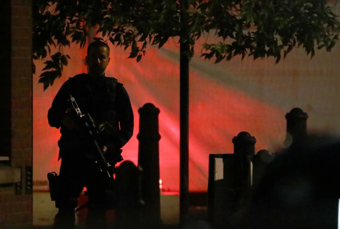 Ozbrojený policista u Londýnského mostu