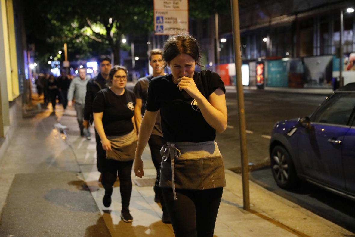 Lidé opouštějí okolí Londýnského mostu, kde došlo k útoku