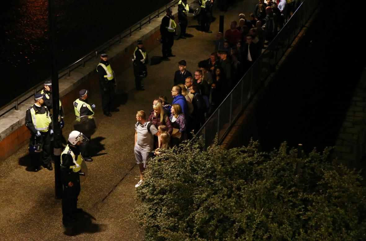 Policie hlídkuje u evakuovaných lidí