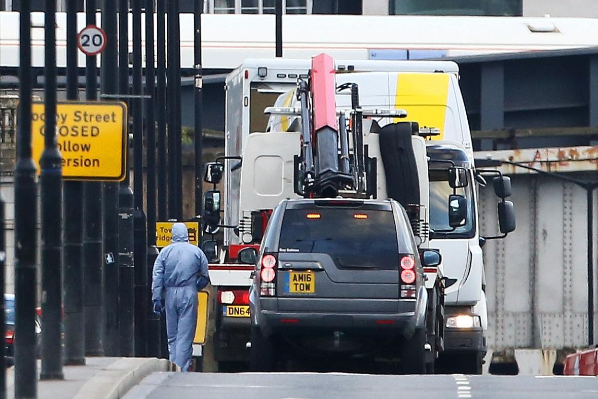 Vyšetřovatelé odváží z mostu bílý nákladní vůz - jednu ze zbraní útočníků