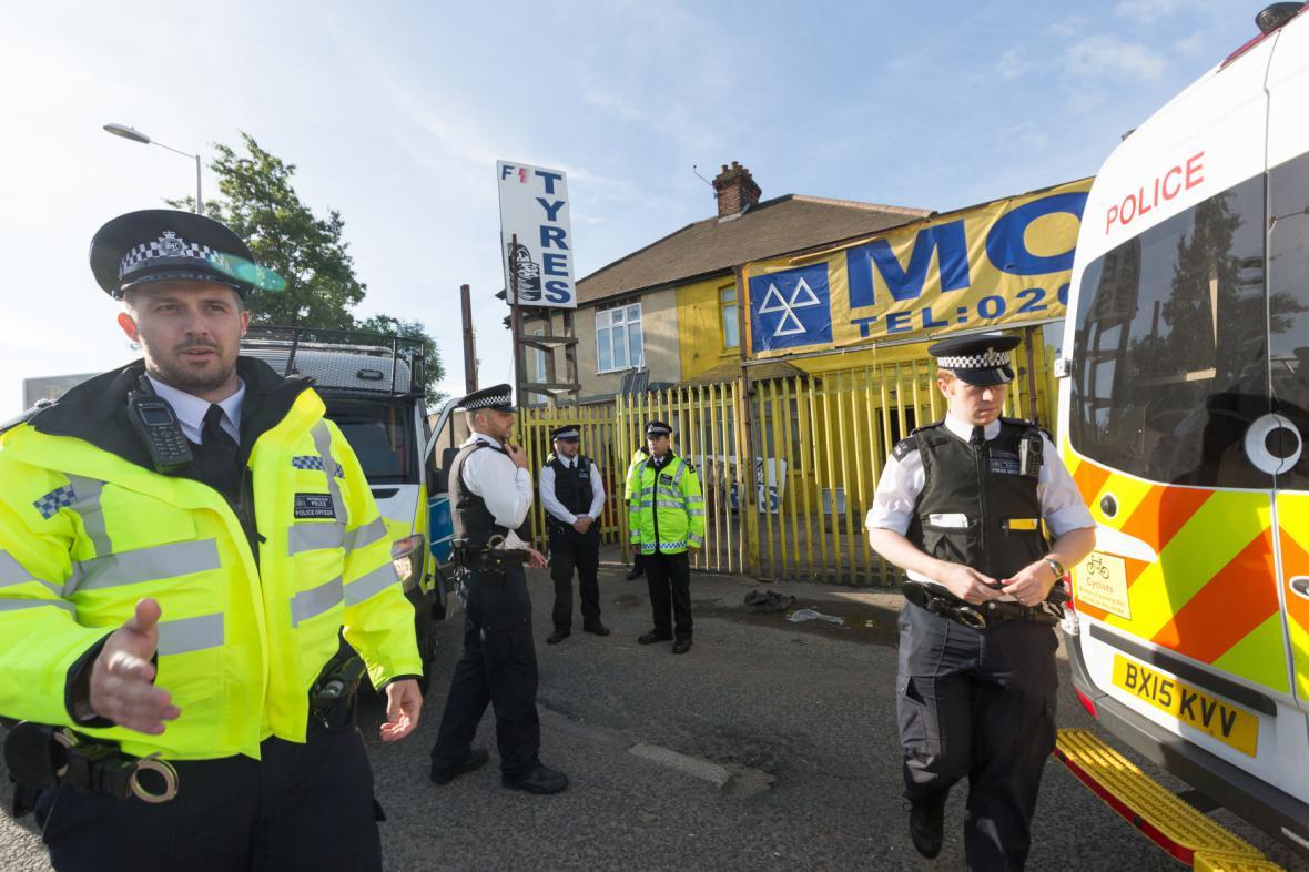 Policisté zasahují u autoservisu v londýnském Dagenhamu
