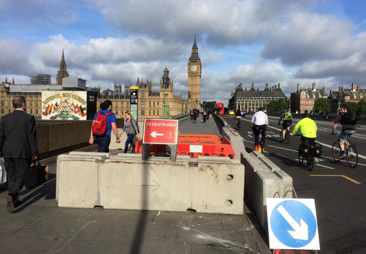 Bezpečnostní bariéry na Westminsterském mostě