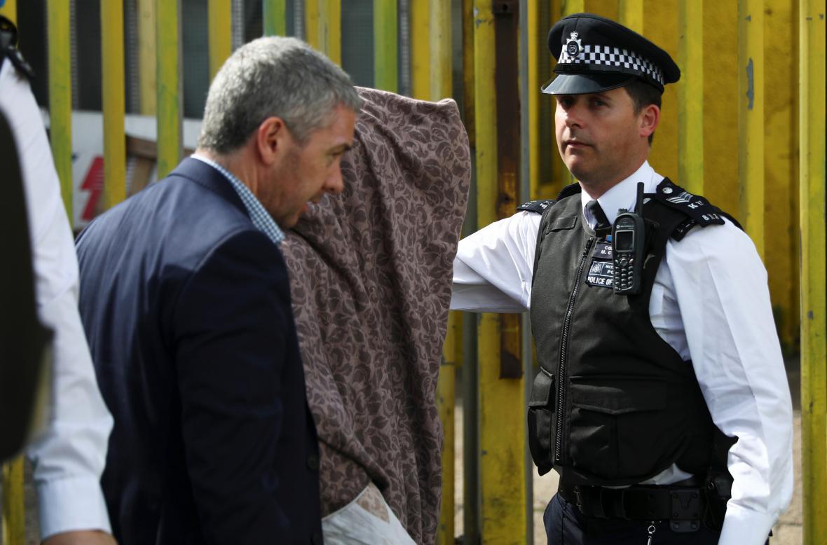 Zadrženého muže policie při přesunu schovala pod deku