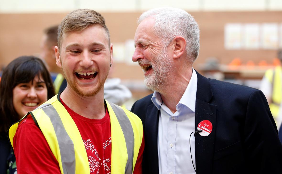 Lídr labouristů Jeremy Corbyn (vpravo)