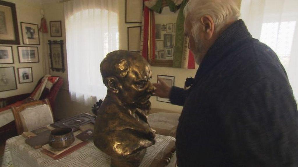 Antonín Dvořák III. s bustou svého dědečka, skladatele Antonína Dvořáka