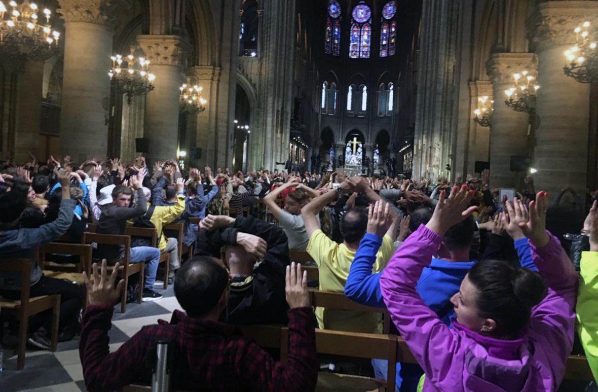 Lidé v katedrále museli s rukama nad hlavou čekat na postupné prověřování