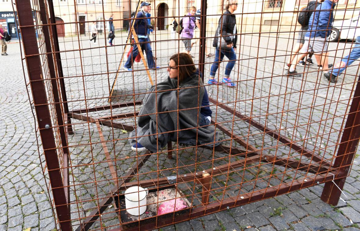 Aktivistka ze spolku Obrana zvířat při protestu proti kožešinovým farmám před Poslaneckou sněmovnou