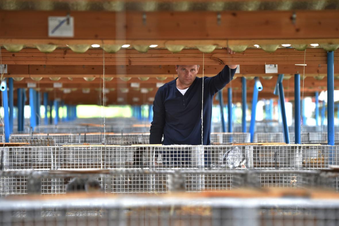 Majitel největší české kožešinové farmy ve Velkém Ratmírově na Jindřichohradecku David Vojtíšek