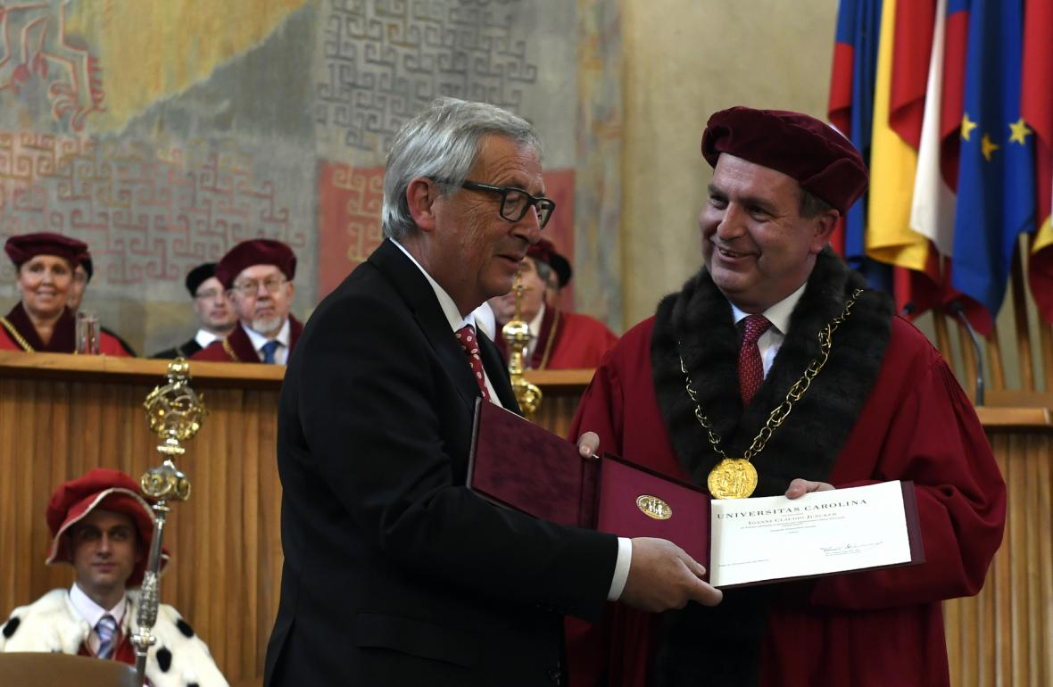 Jean-Claude Juncker (vlevo) převzal medaili z rukou rektora Univerzity Karlovy Tomáše Zimy