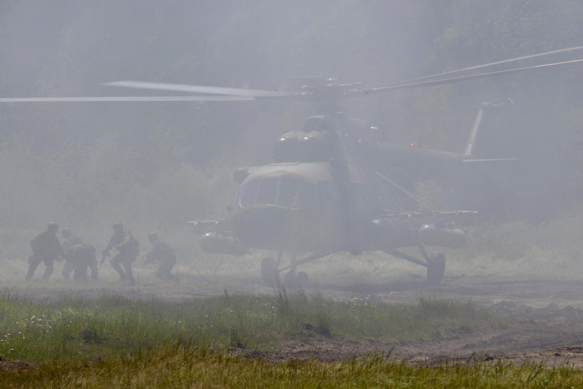 Výsadek vojáků z vrtulníků Mil Mi-171Š