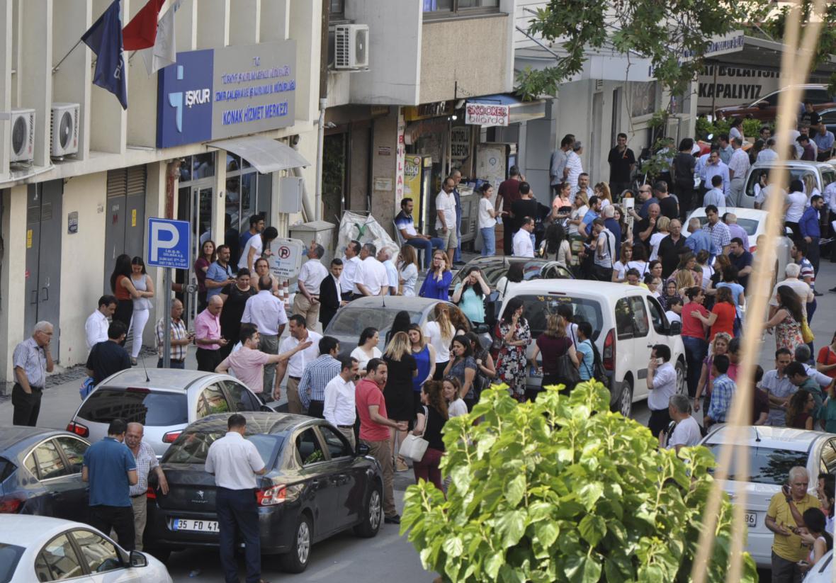 Lidé vycházejí na ulici po otřesech v tureckém Izmiru