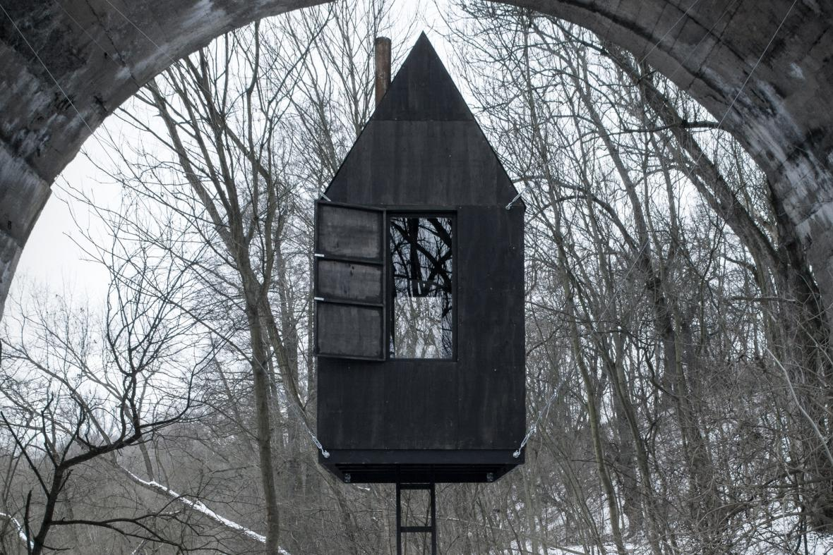 Létající černý dům