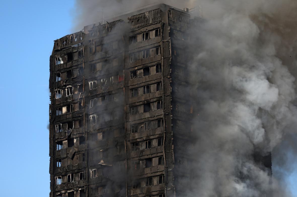 Bytový dům v Londýně zničil rozsáhlý požár