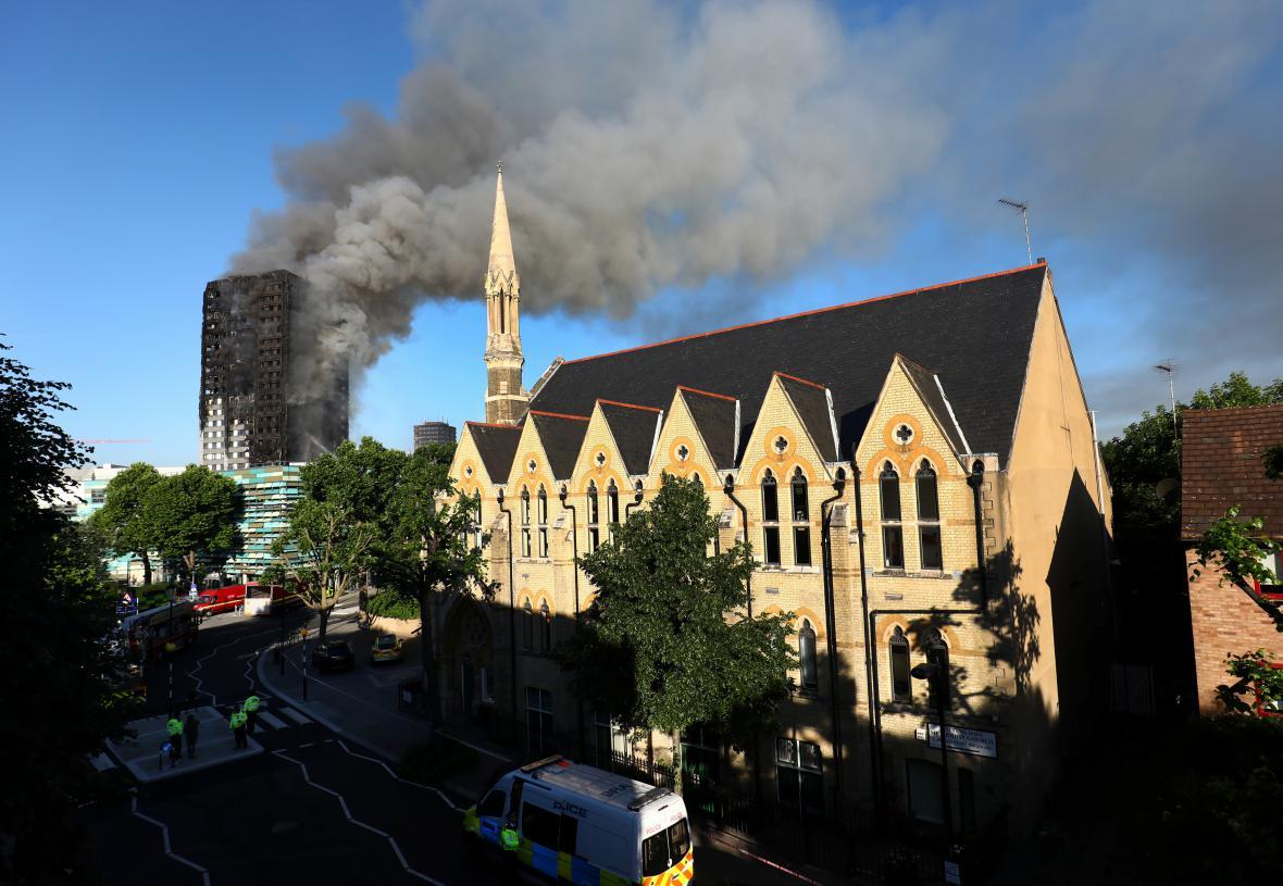Londýnská policie v okolí požáru