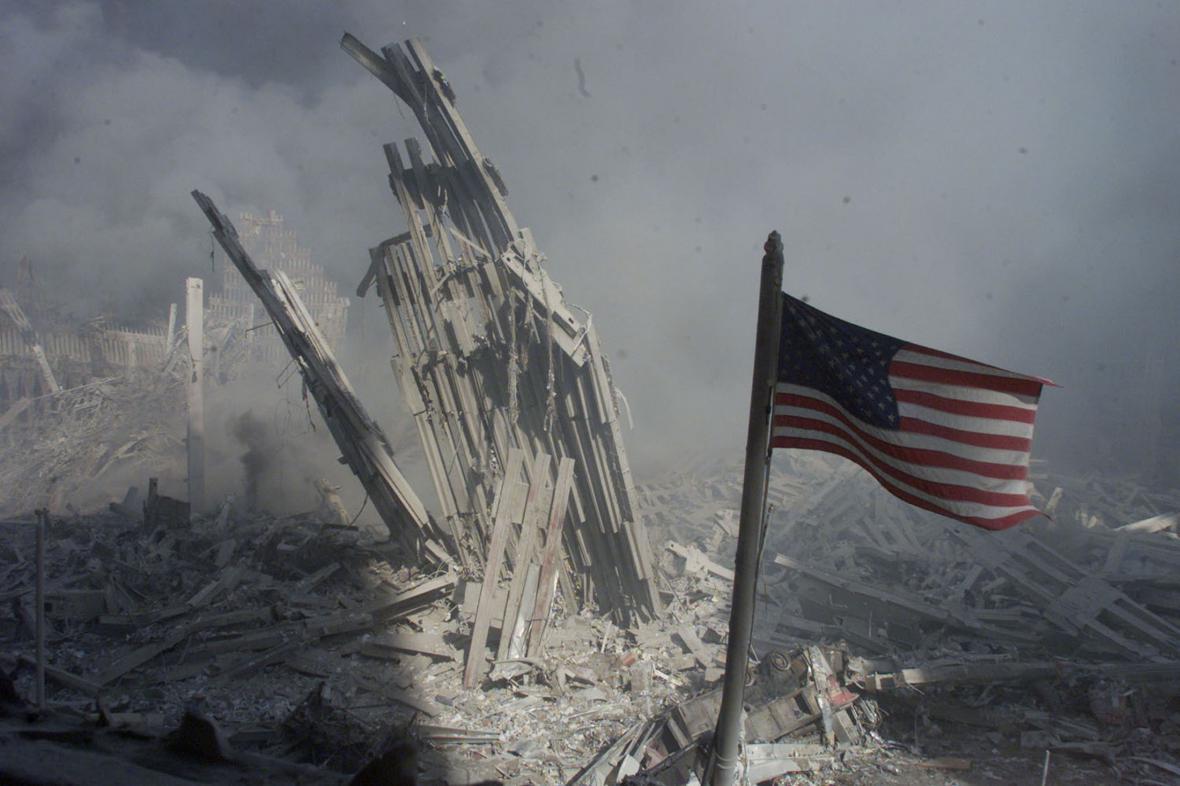 Americká vlajka vztyčená v troskách Světového obchodního centra. Ikonický snímek z 11. září 2001.