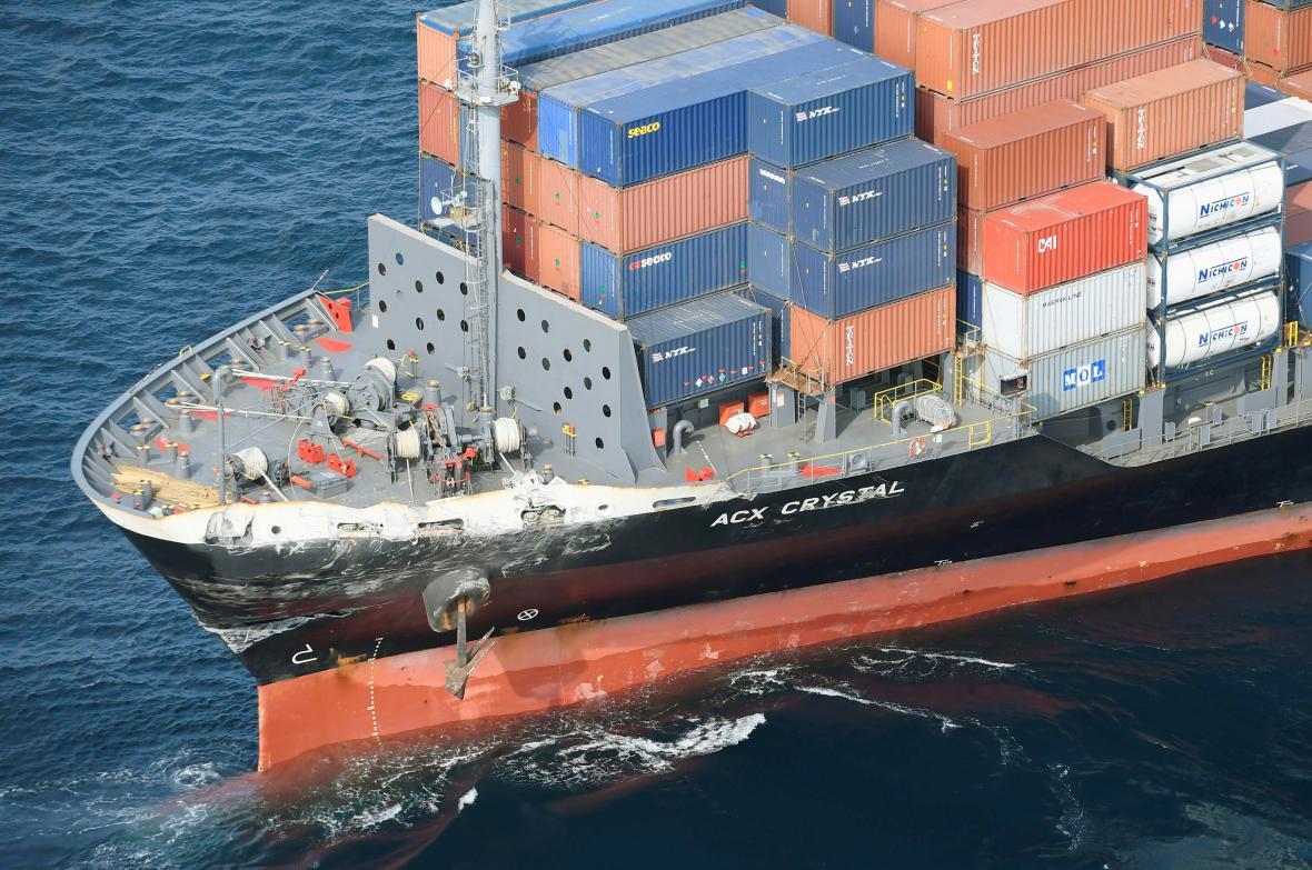 Loď námořnictva USA se u Japonska srazila s obchodní lodí